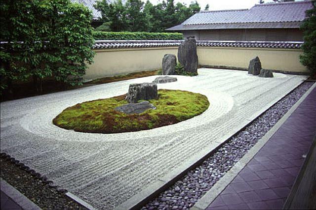 Camminare sulla sabbia in giardino giardino zen - Sabbia per giardino ...