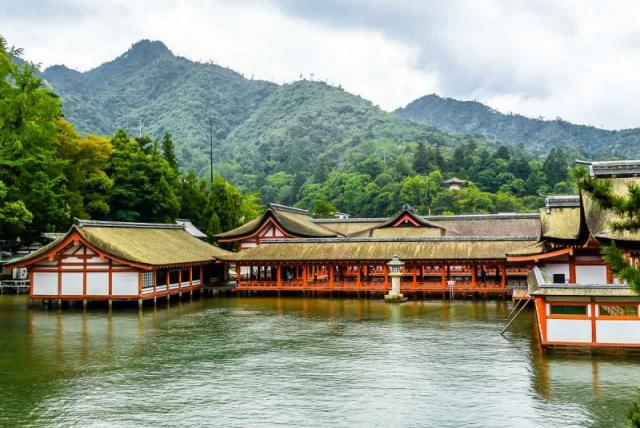 Miyajima from water_near.jpg