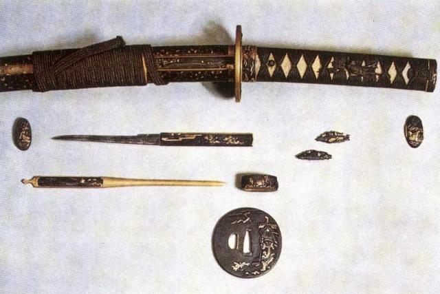 Spada con accessori coltellino kozuka, fermaglio kōgai, elsa tsuba, piastrine menuki, placca di chiusura kashira, fascetta fuchi.jpg