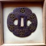 In ferro, di forma Mokko, traforata con mon ed incisa a motivi floreali rimessi in ottone. Scuola Yoshiro. Tardo periodo Edo