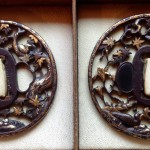 Dai sukashi tsuba decorato con uccelli fra motivi floreali. Sho sukashi tsuba con gioielliere, uccello e motivi floreali. Scuola Hikone. Misure Dai 8.17 x 8.41 cm. Misure Sho 7.46 x 7.84.  Tardo periodo Edo.